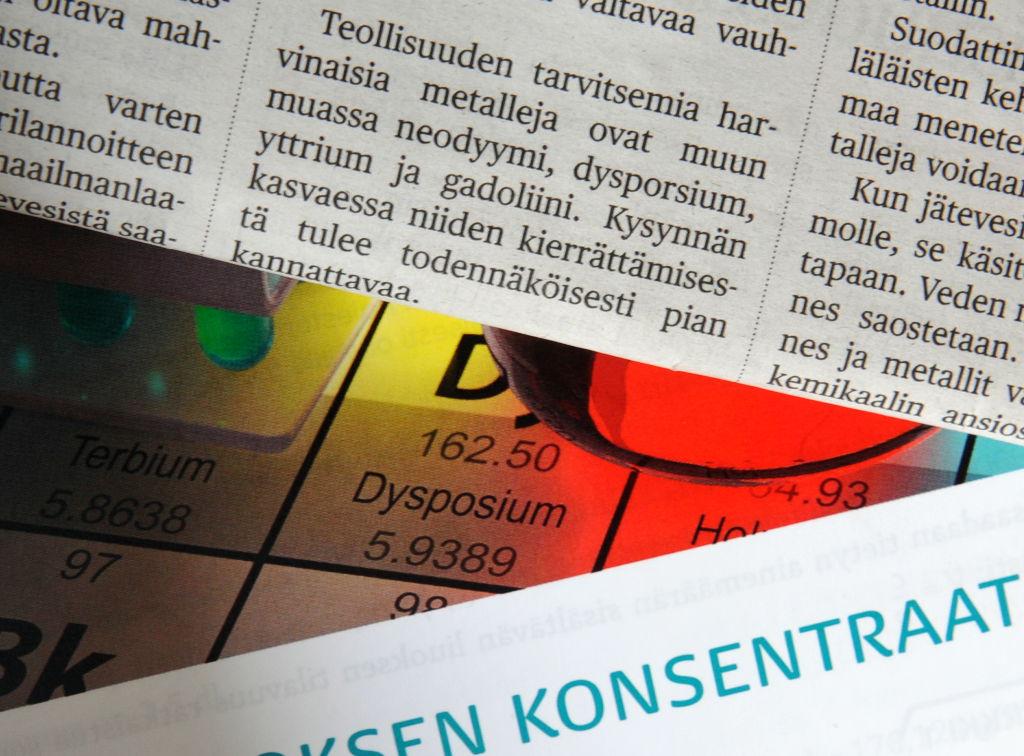"""Helsingin Sanomien ja Mooli 2:n sivut päällekkäin. Sivuilla sanat """"dysporsium"""" ja """"dysposium""""."""